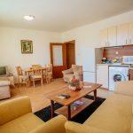 Дневна с кухненски бокс в едностаен апартамент намиращ се в Слънчев бряг